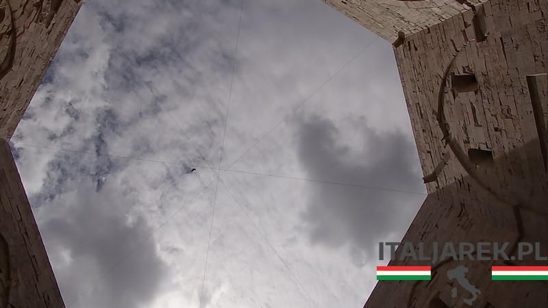 Dziedziniec zamku Castel del Monte