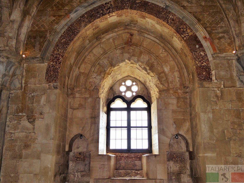 Gotyckie okno – Castel del Monte