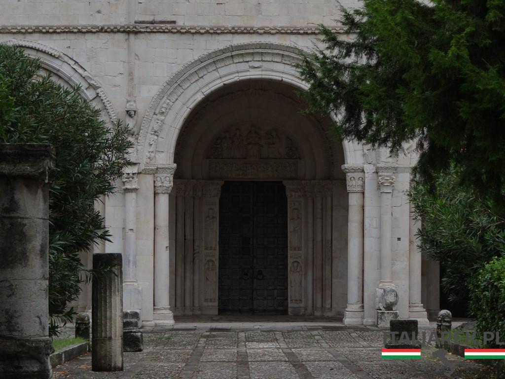 San Clemente - portyk i drzwi z brązu