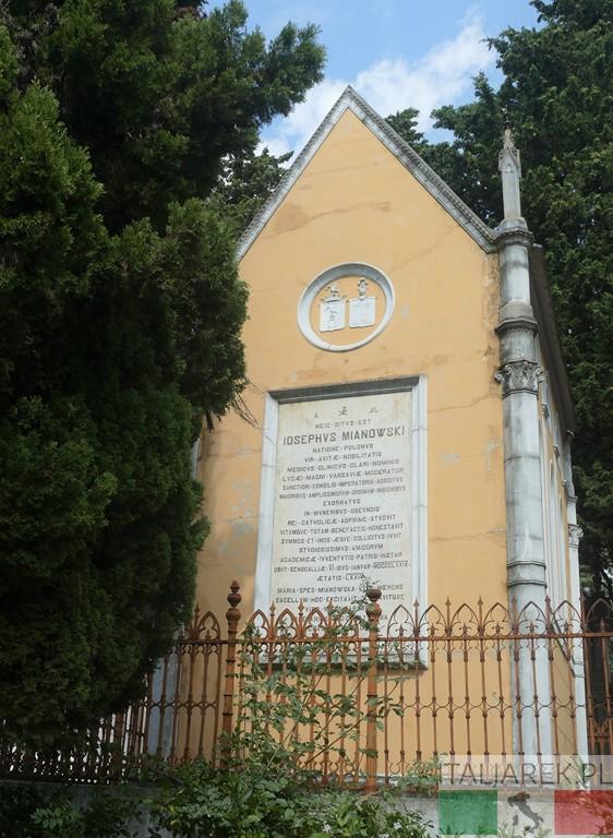 Mauzoleum z tablicą