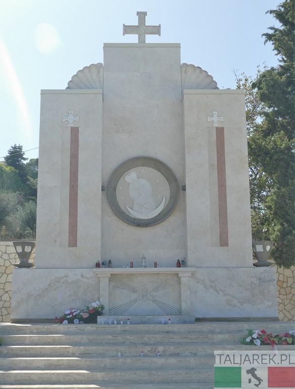 Loreto - ołtarz z tyłu kaplicy na cmentarzu