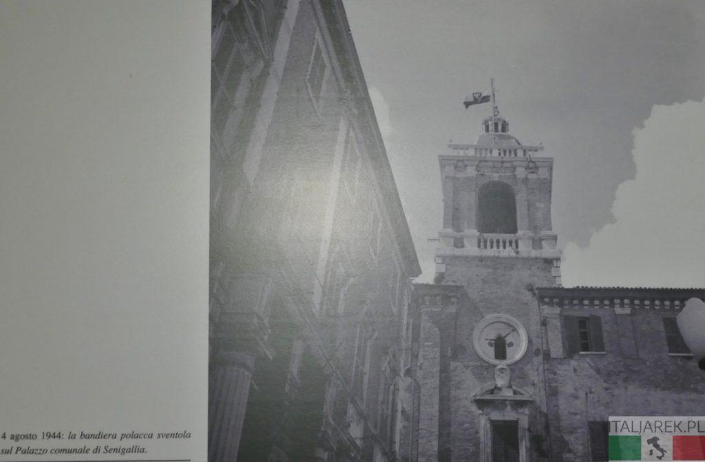 Senigallia - polska flaga na budynku Palazzo Comunale