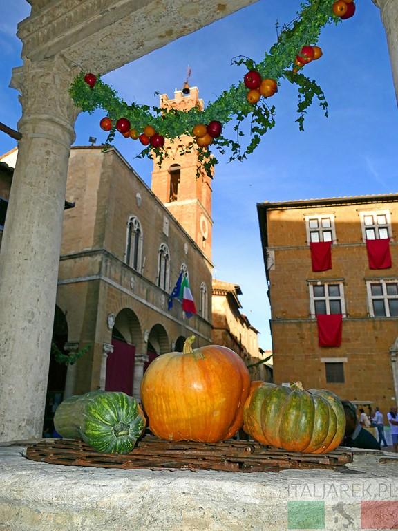 Pienza - studnia i widok na Palazzo Comunale