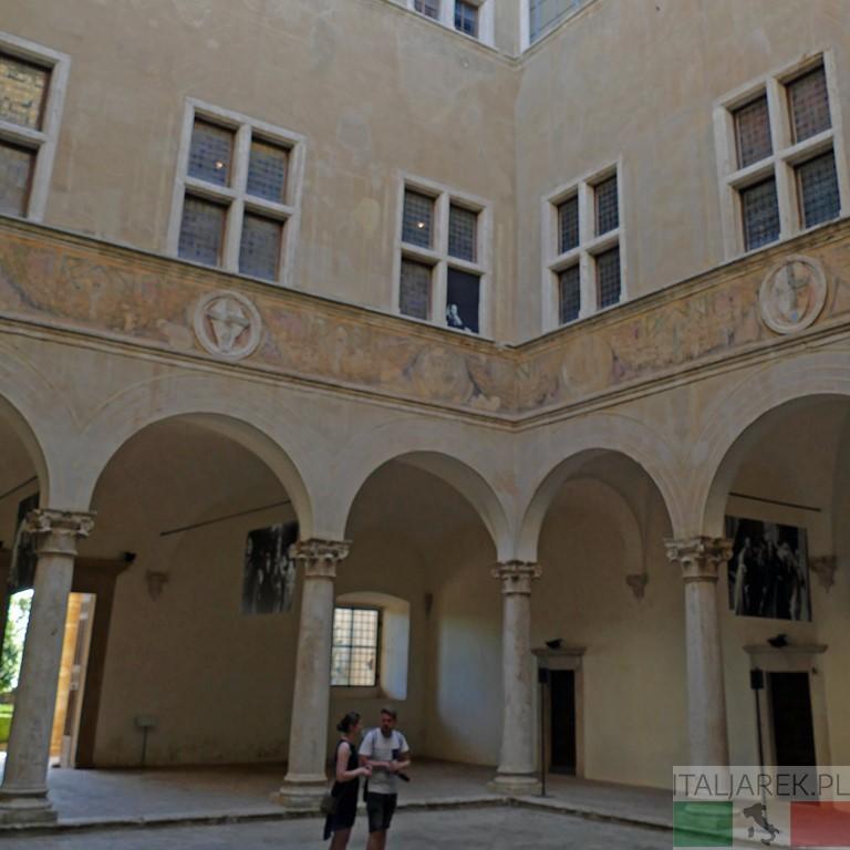 Palazzo Piccolomini - dziedziniec