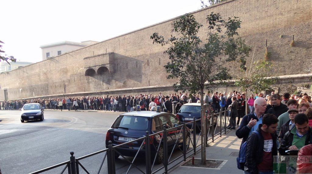 Kolejka do wejścia do Muzeum Watykańskiego