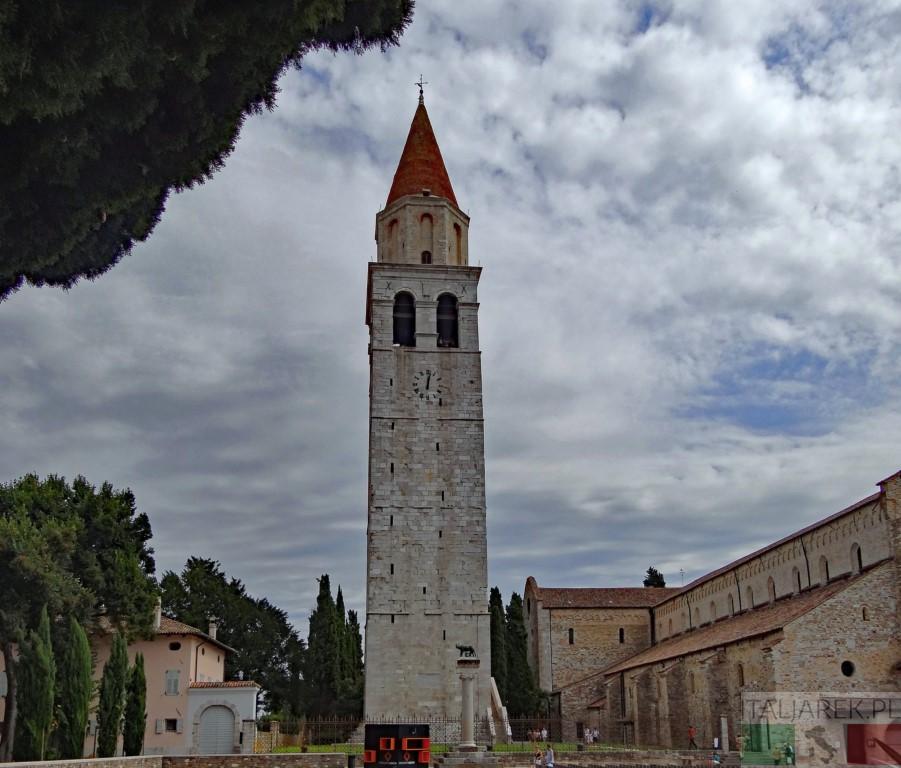 Akwileja - dzwonnica przy bazylice