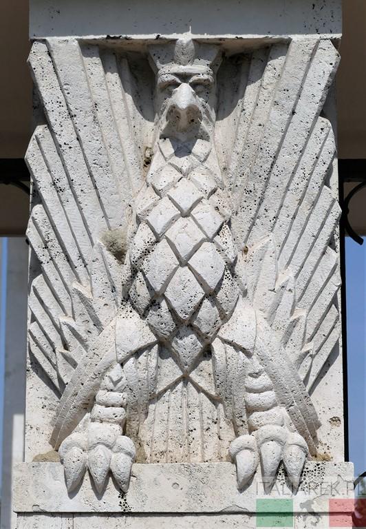 Orzeł na bramie wejściowej cmentarza w Bolonii