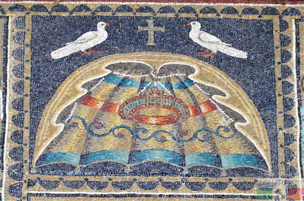 Motyw dwóch gołębi w rzędzie górnym