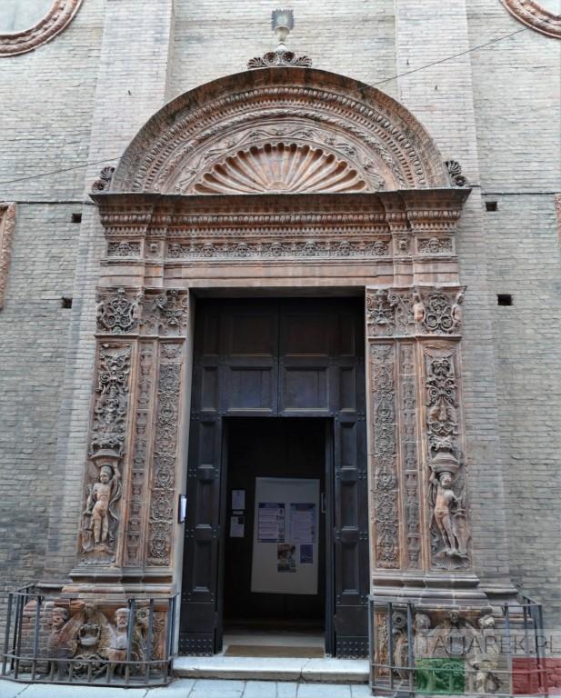 Wejście do kościoła Bożego Ciała. Bolonia